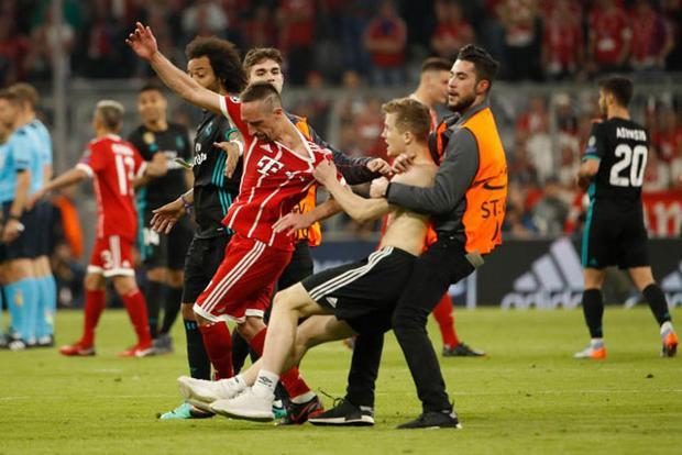"""Dù đội nhà thua trận, nhưng các CĐV Bayern vẫn hết lòng cổ vũ. Thậm chí, sau khi trận đấu kết thúc, nhiều người đã chạy vào sân để được chụp ảnh hoặc ôm thần tượng. Tuy nhiên, sự """"vồ vập"""" quá mức của họ lại khiến nhiều cầu thủ hoảng sợ, trong đó có Franck Ribery."""
