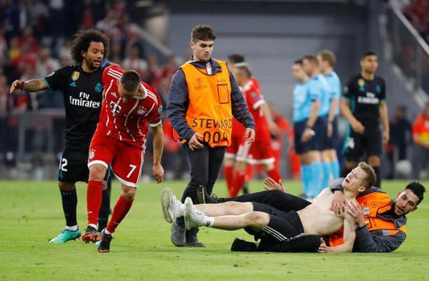 Rất may là các nhân viên an ninh đã có mặt kịp thời để ngăn cản không cho CĐV quá khích có hành động gây nguy hiểm cho ngôi sao đang khoác áo Bayern.