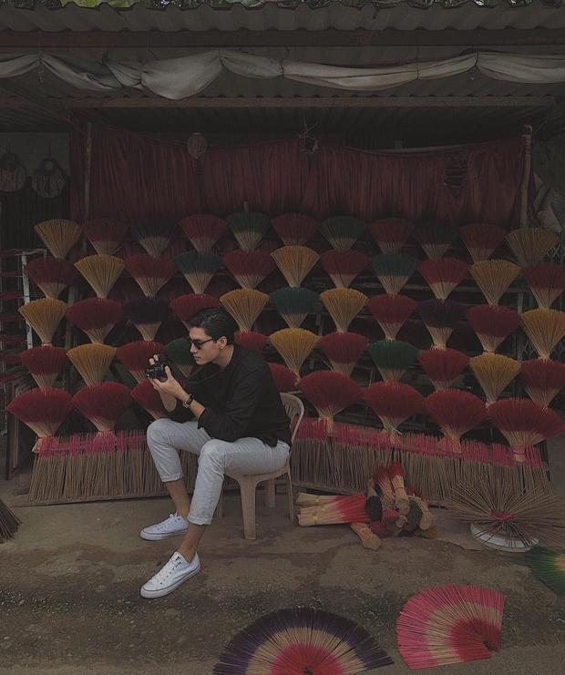 Người mẫu Quang Đại trung thành cùng phong cách lịch lãm với áo sơ mi và quần xắn gấu, để lộ đôi giày vải trắng cùng tông trang phục.