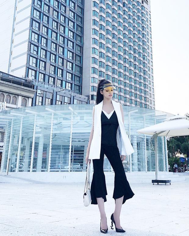 Cả set đồ đơn sắc của Jolie Nguyễn bỗng chốc mang đậm hơi thở mùa hè cùng chiếc mũ vành lưỡi trai màu sắc của Dior. Được biết, đây là item mới nhất nằm trong bộ sưu tập được ra mắt dành cho mùa xuân, hè 2018 của hãng.