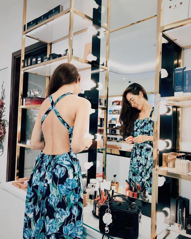 Diễn Viên Tường Vy mặc chiếc váy hai dây in hoa, trông khá nhẹ nhàng, thanh lịch ở phía trước, nhưng lại được thiết kế đan dây táo bạo, khoe cả tấm lưng ong nếu nhìn từ đằng sau.
