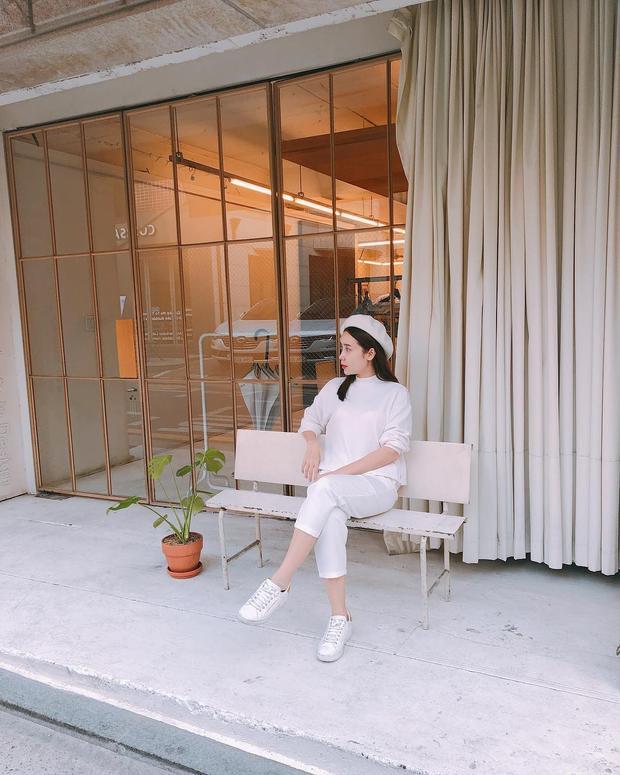 """""""Bà mẹ hai con"""" Lưu Hương Giang vô cùng trẻ trung với cả set đồ trắng nhẹ nhàng. Cách phối mũ nồi cùng giày sneaker được nhận định là một combo phụ kiện hay ho giúp cô hack tuổi."""