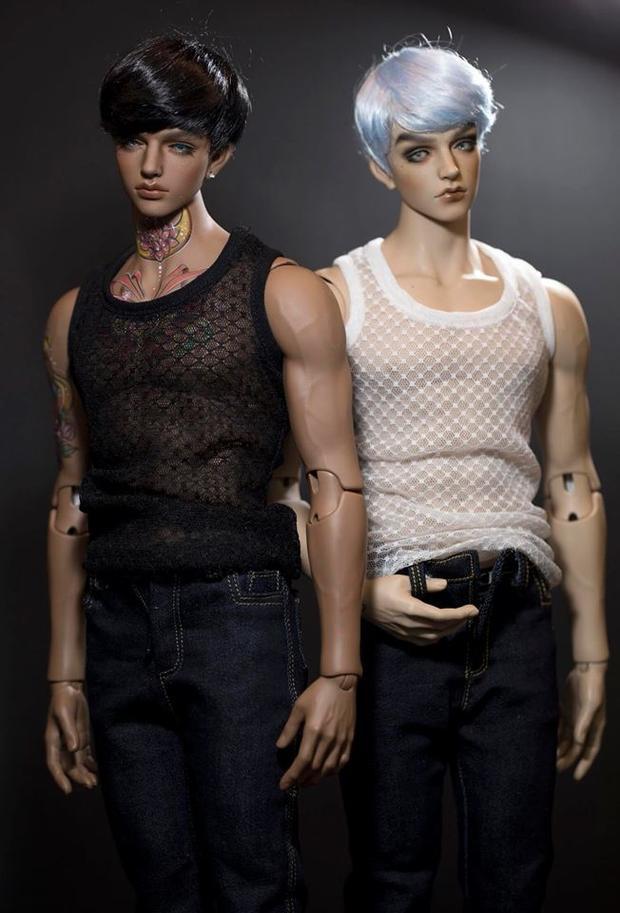 Không chỉ búp bê nữ mới được trang điểm, búp bê nam cũng được hoá thân như những chàng soái ca