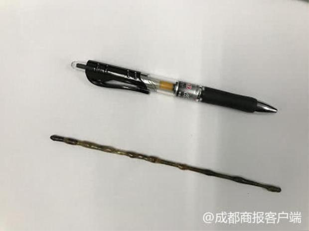 Thanh thép dài hơn một chiếc bút bi. Ảnh: 成都商报客户端