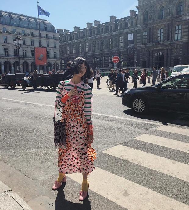 Min khá khác biệt khi phối váy hoa cùng áo thun, đem lại vẻ ngoài ấn tượng.