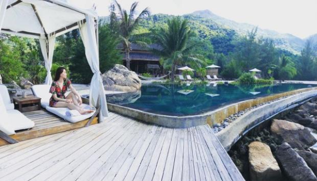 Hồ Ngọc Hà cũng thả dáng bên cạnh hồ bơi trong chiếc váy in hoa tông màu xanh.