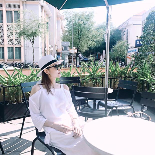 Nổi lên từ cuối năm 2016, cho đến nay, áo trễ vai vẫn được ưa chuộng không ngớt. Đặc biệt, vào mùa hè oi ả, các cô gái còn ưu tiên lựa chọn những thiết kế trễ vai để đem đến cho mình sự mát mẻ, thêm chút nữ tính, nhẹ nhàng rất đáng yêu. Những sao Việt mê mệt mốt áo trễ vai phải kể đến Minh Hằng.