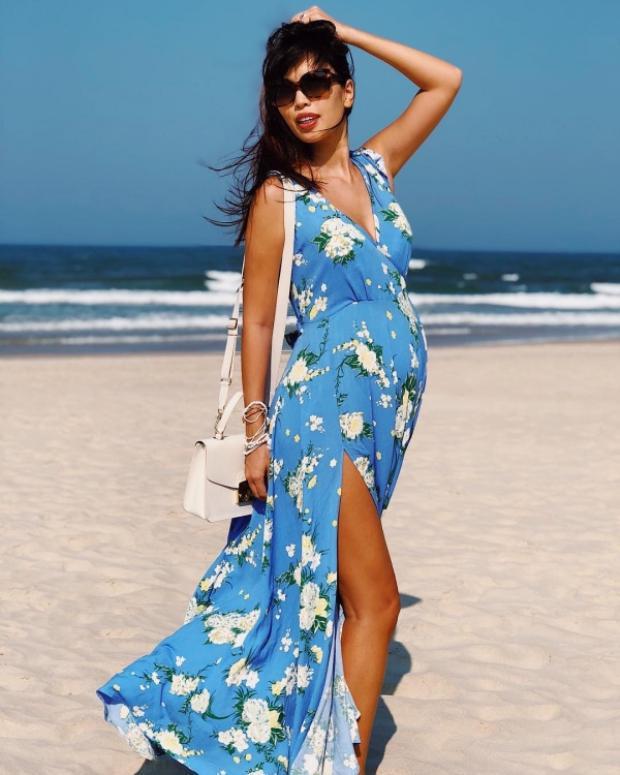 """Đặc biệt nhất là Hà Anh, dù săp đến ngày sinh nở nhưng """"mẹ bầu"""" vẫn chẳng ngại thả dáng trên bãi biển cùng váy in hoa xẻ cao, khoe khéo đôi chân dài."""