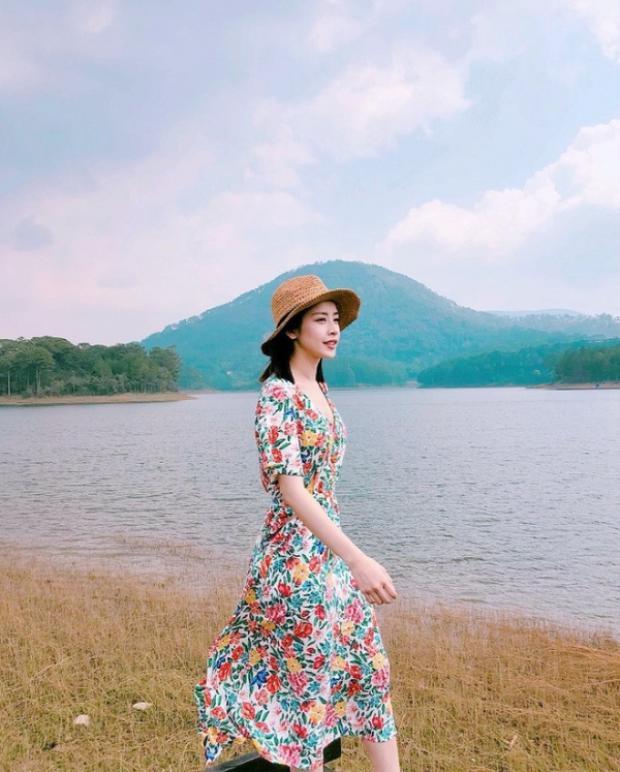 Chi Pu lựa chọn một chiếc váy dài qua gối khi đi du lịch.