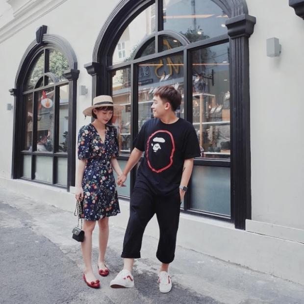 """Hot girl Sun HT tung tăng dạo chơi cùng bạn trai Phở Đặc Biệt trong combo """"cộp mác"""" mùa hè gồm: váy chữ A in hoa cùng mũ cói."""