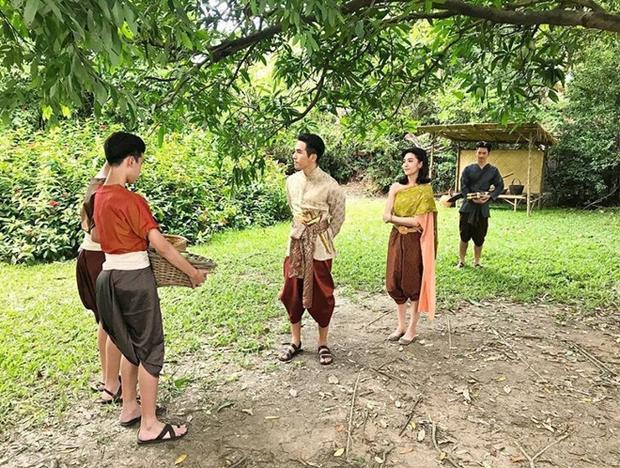 Bố Khun Than có vẻ bất lực với vợ nên quay sang trách mắng con… cho đỡ tức.
