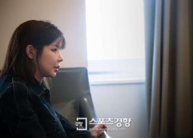 Park Bom với gương mặt tiều tuỵ.