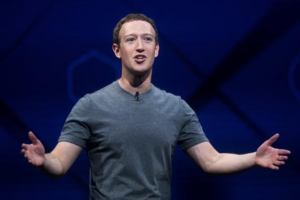 Mark là một trong những người hiếm hoi có số năm mà anh sống còn ít hơn cả số tỷ USD mà mình sở hữu. Thế nhưng, anh lại ăn mặc cực kì giản dị với phong cách áo T-shirt trơn tối màu, quần jean và áo hoodies chui đầu.