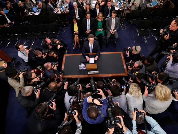 Và rồi, anh phải giải trình trước Quốc hội. Hai cuộc điều trần mà người đứng đầu Facebook trải qua kéo dài tổng cộng 10 giờ.