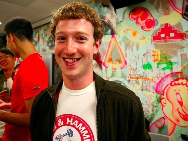 """Ngay sau khi nhập học Đại học Harvard vào năm 2012, Mark đã được nhiều người biết đến là một lập trình viên tài năng. """"Sản phẩm"""" đầu tiên của anh là """"Face mash"""", một ứng dụng bình chọn nóng bỏng hay không sử dụng ảnh của bạn học mà anh """"hack"""" được từ các tệp tin quản lý thông tin ký túc của nhà trước. Face mash nhận được 22.000 lượt xem từ 450 người ngay trong bốn giờ đầu tiên được tung ra. Havard nhanh chóng yêu cầu ứng dụng này được gỡ xuống vì lý do bảo mật và bản quyền."""