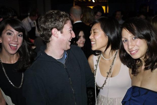 """Trước khi bỏ học, Mark đã kịp gặp người mà nay trở thành vợ anh, Priscilla Chan. Chan từng chia sẻ rằng hai người gặp nhau tại một bữa tiệc của hội bạn Mark Zuckerberg, Alpha Epsilon Pi. """"Trong lần hẹn hò đầu tiên, anh nói với tôi rằng anh thà hẹn hò với tôi còn hơn ngồi nhà làm bài tập giữa kì,"""" Chan chia sẻ."""