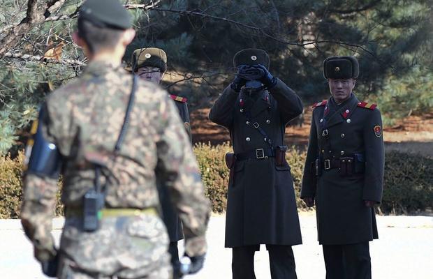 Khi tới nơi đây, du khách tận mắt chứng kiến cảnh lính gác Triều Tiên và Hàn Quốc đứng đối mặt nhau mỗi ngày.
