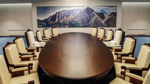 Trước khi Thượng đỉnh liên Triều diễn ra, phía Hàn Quốc cho tu sửa lại phòng họp Hòa Bình, bao gồm đặt bàn ghế mới ở trung tâm phòng, treo bức tranh vẽ núi Geumgang (Kim Cương) từng được coi là biểu tượng của sự hòa giải và hợp tác liên Triều.