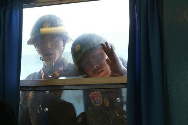Trong nhiều năm qua, có nhiều bức ảnh chụp lại cảnh binh sĩ Triều Tiên nhìn vào căn phòng này từ ngoài cửa sổ trong khi phái đoàn Hàn Quốc đang ở bên trong.