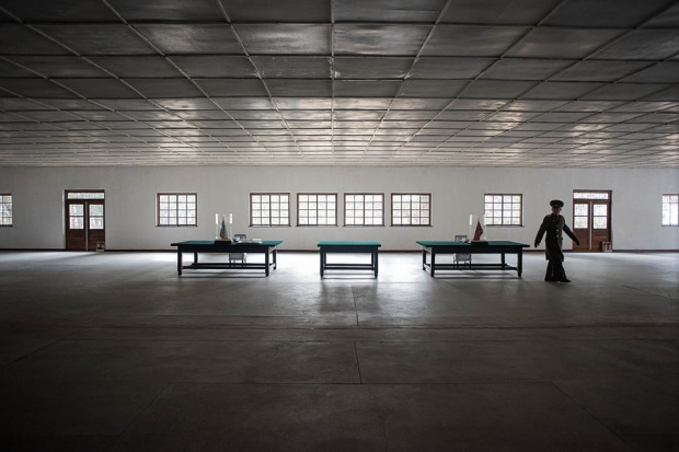 """Phòng họp có những chiếc bàn - nơi đại diện Hàn Quốc và Triều Tiên ký hiệp định ngừng bắn vào ngày 27/7/1953.Bàn Môn Điếm được biết đến với tên gọi """"làng đình chiến"""" - nơi từng tổ chức hàng trăm cuộc đàm phán giữa hai miền Triều Tiên."""