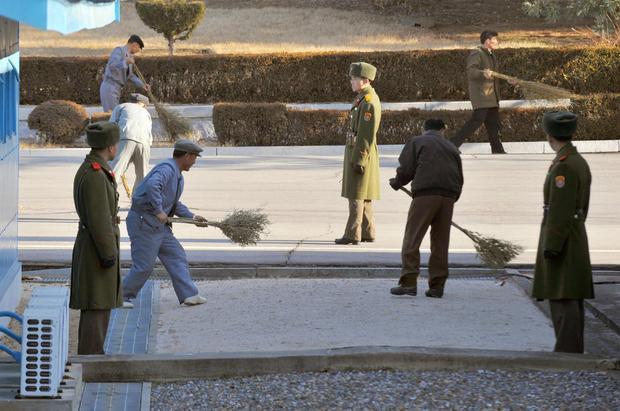 Những người làm công được thuê quét dọn ở phía Triều Tiên.