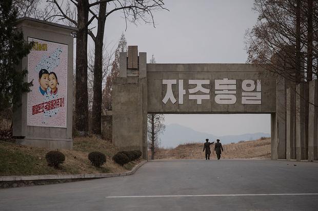 Lính Triều Tiên đi qua một bức tranh tuyên truyền ở Bàn Môn Điếm. Bàn Môn Điếm từng chứng kiến một số vụ đụng độ chết người, trong đó có vụ binh sĩ Triều Tiên tấn công nhóm lính Mỹ chặt cây trong làng đình chiến năm 1976. Sự việc khiến hai người Mỹ thiệt mạng.