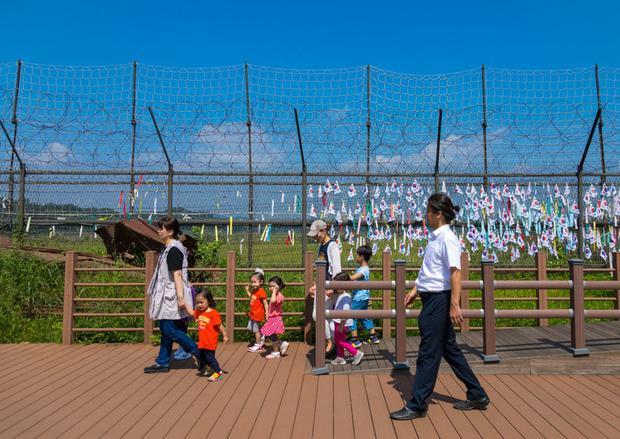 Gần Bàn Môn Điếm cũng có Công viên Hòa Bình Imjingak. Người dân cũng thường xuyên để lại thông điệp mong muốn hòa bình và sự đoàn kết giữa hai miền trên các dải ruy băng buộc trên một hàng rào ở Khu vực phi quân sự.