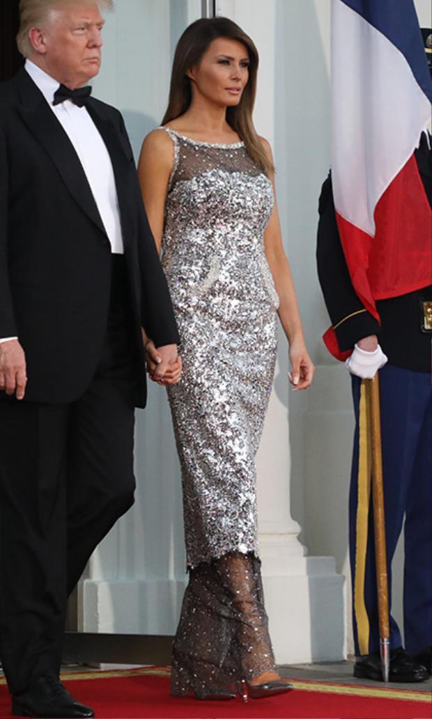 Mặc dù vậy, ở một số góc độ khác, vẻ ngoài của bà vẫn trông rất sang trọng, nổi bật, có thể chỉ do góc ảnh mà vô tình làm dìm đi hình ảnh của phu nhân Melania Trump.