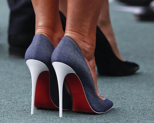 Thậm chí, đôi giày với ba màu được lấy ý tưởng từ quốc kỳ nước Pháp cũng được xem như một điểm cộng cho sự tinh tế của Melania.