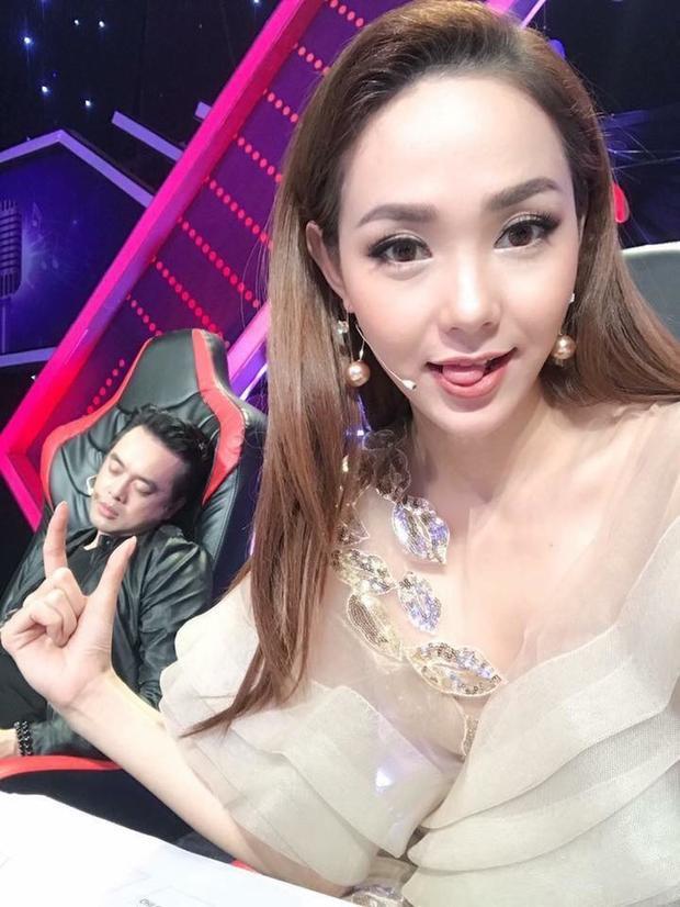 """Minh Hằng và khoảnh khắc tinh nghịch trong hậu trường khi nhạc sĩ Dương Khắc Linh """"say giấc""""."""