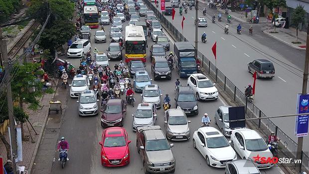 Mật độ taxi dày đặc do người dân thuê để di chuyển ra bến xe Giáp Bát, Nước Ngầm.