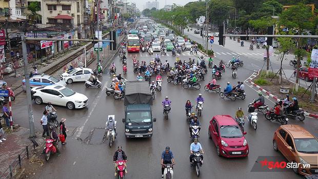 Trong khi hướng đi ra ngoại thành đông đúc thì chiều hướng về ga Hà Nội (Lê Duẩn) lại rất thông thoáng.