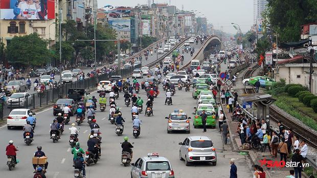 Từ 16h tuy chưa kẹt cứng nhưng lưu lượng người và phương tiện đã khá đông.
