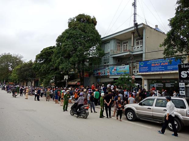 Rất đông người dân có mặt theo dõi lực lượng chức năng khám xét.