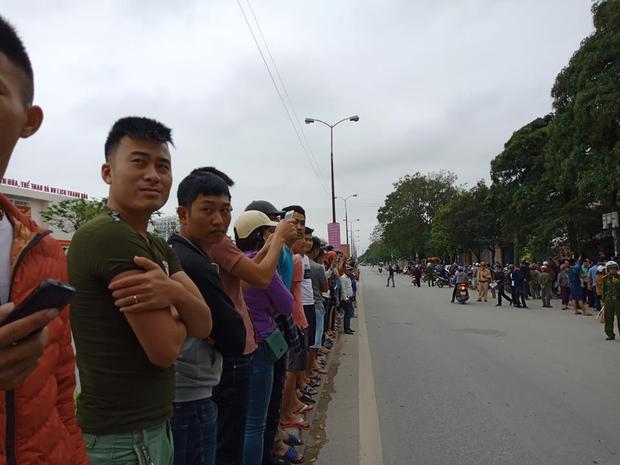 Hàng trăm người dân vây kín xem công an khám xét trụ sở nghi tụ điểm Hội Thánh Đức Chúa Trời