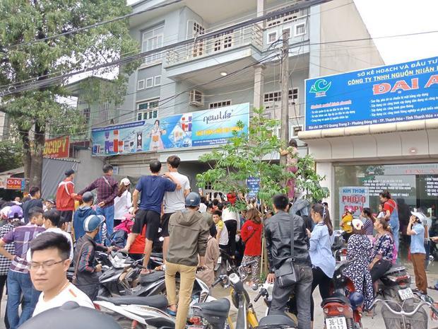 Hàng trăm người dân theo dõi bên ngoài.