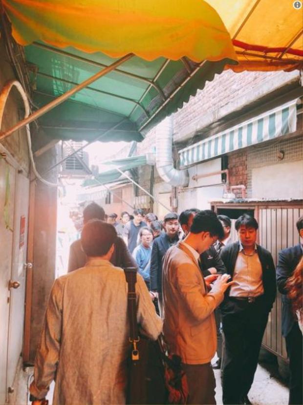 """Những quán naengmyeon tại thủ đô Hàn Quốc động nghịt thực khách chờ được thưởng thức món ăn đặc biệt này.Bãi đậu xe của Bongpiyang, một nhà hàng mì lạnh Bình Nhưỡng nổi tiếng ở phía đông Seoul cũng kín chỗ vì khách hàng đổ xô đến ăn trưa. """"Nhiều xe ô tô vẫn tiếp tục đến mặc dù chúng tôi không còn chỗ để nữa"""", một nhân viên của Bongpiyang nói.Ảnh: Twitter"""