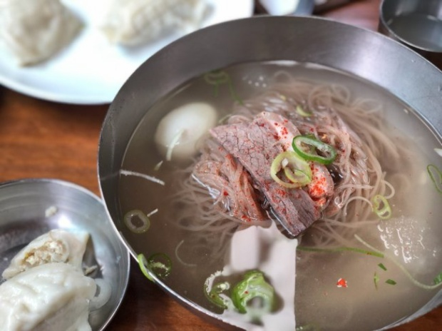 Mì lạnh Bình Nhưỡng có sợi mì được làm từ bột kiều mạch, ăn với nước kimchi hay nước thịt luộc để lạnh. Khi ăn, người ta cho thêm thịt lợn hay thịt bò luộc thái lát mỏng và trứng gà luộc, cũng có nơi người ta ăn với thịt gà luộc xé nhỏ cùng mù tạt. Mì lạnh được đặt sẵn trong tô lớn, xung quanh ướp đá. Đây là món ăn được người dân cả Triều Tiên lẫn Hàn Quốc yêu thích. Ảnh:Korea Herald