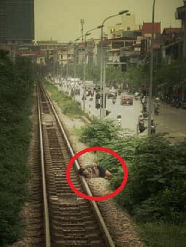 Hình ảnh nam thanh niên gối đầu say giấc trên đường ray khiến nhiều người không khỏi hoảng hồn. Ảnh: Lê Huy Cần.