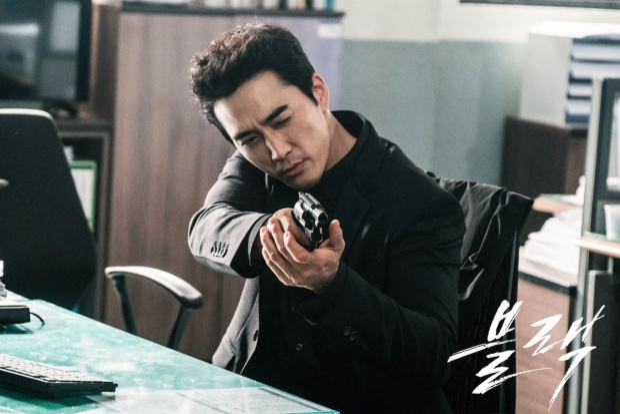 """Trái ngược hoàn toàn với tính cách của thần chết Lee Dong Wook, năm 2017 tài tử Song Seung Hun từ bỏ hình ảnh """"lãng tử"""" để thủ vai Thần chết """"cực"""" ngầu, mạnh mẽ, kiêu ngạo, thậm chí coi mình là nhân vật có ảnh hưởng và địa vị cao hơn con người."""