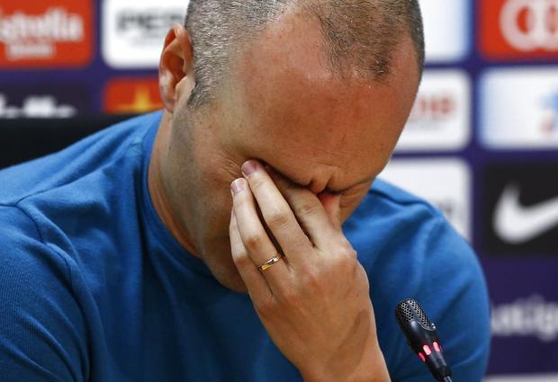 Iniesta không kìm được sự xúc động khi nói lời chia tay Barcelona
