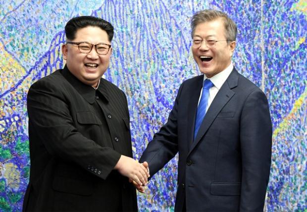 Kim Jong Un (trái) và Moon Jae In (phải).