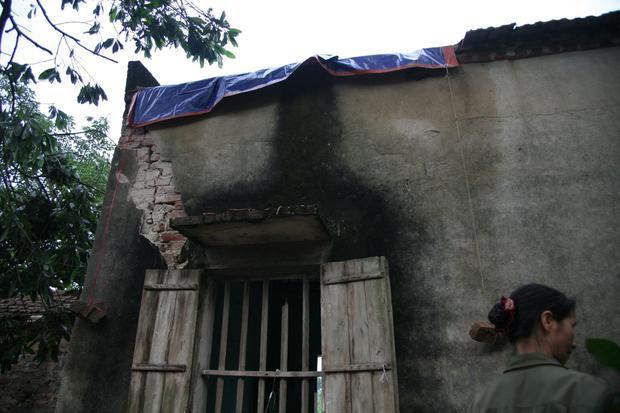 Một góc nhà bị sét đánh nứt toác.