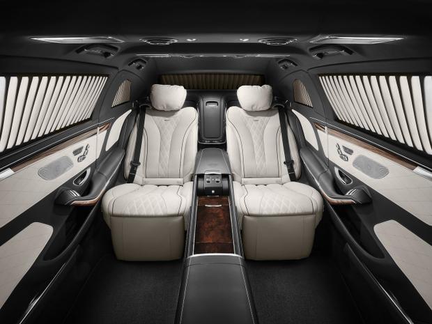 Bên trong, xe có hai hàng ghế hành khách, ngồi đối mặt với nhau. Vì trọng lượng nặng, cửa xe chỉ mở được với sự trợ giúp của mô tơ điện trong khi đó cửa sổ được chạy bằng hệ thống thủy lực.