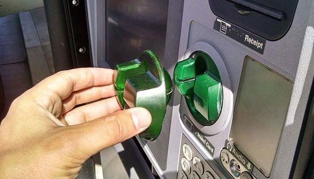 Đầu đọc giả được gắn lên trên đầu đọc gốc của ATM. Đây là mấu chốt giúp kẻ xấu có được thông tin trên thẻ.