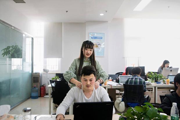 """Shen có bằng kỹ sư xây dựng và hiện đang làm công việc """"tạo động lực cho lâp trình viên"""" tại Chainfin.com."""