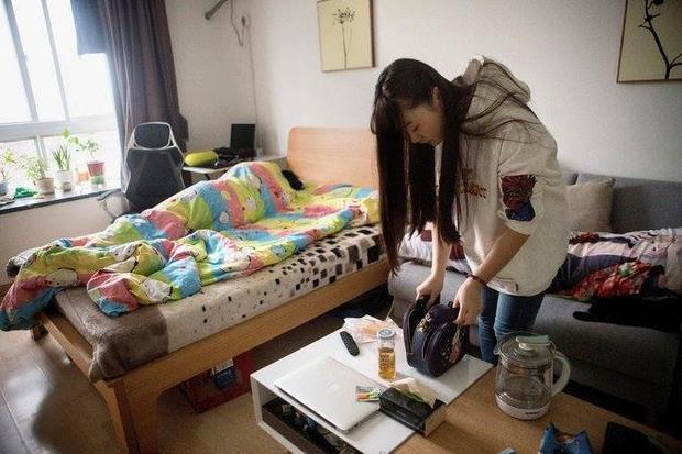 Shen chuẩn bị đồ đạc trước giờ đi làm. Cô không tiết lộ tiền lương, nhưng công việc mát xa cho lập trình viên được cho là mang lại 950 USD/tháng.