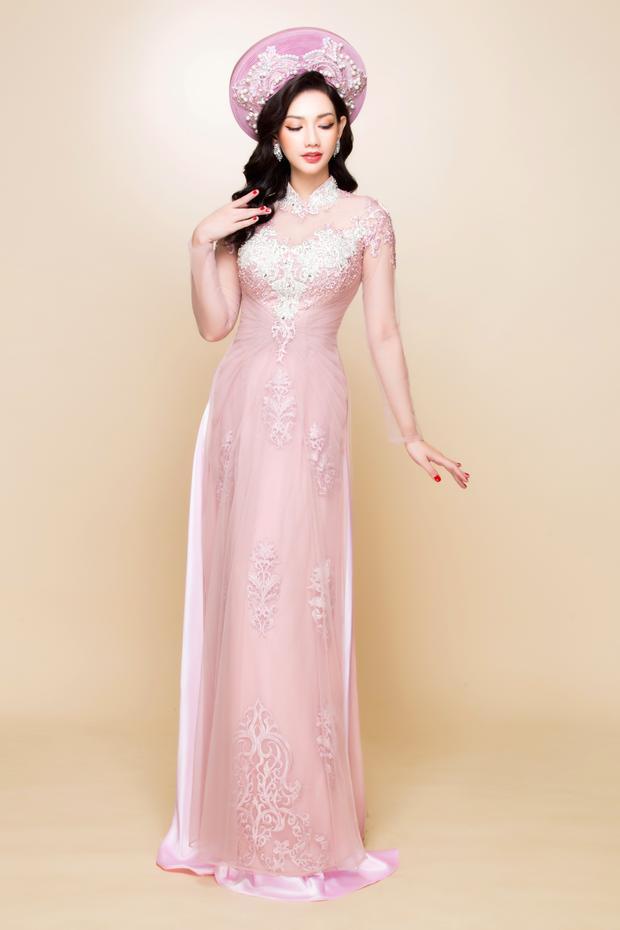 Bên cạnh đó, với việc sử dụng nhuần nhuyễn những kỹ thuật đinh kết, đóng pha lê, Minh Châu đã đem đến sự nổi bật, tỏa sáng cho các cô dâu trong ngày cưới.