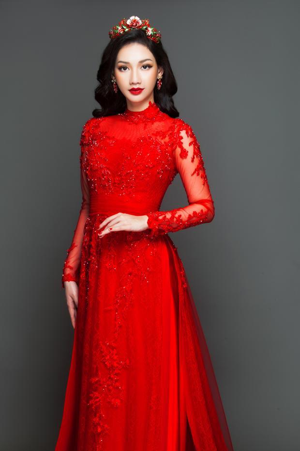 Ngoài màu trắng, gam màu đỏ cũng được nhiều cô dâu lựa chọn cho ngày vu quy.