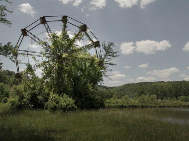Công viên Lake Shawnee tại West Virginia đã bị đóng cửa vì nhiều người tin rằng, công viên này dính phải lời nguyền.Vào thời kỳ đông khách, công viên giải trí này có khá nhiều trò chơi thu hút nhiều người ghé đến. Hiện tại, ai nấy đều tin rằng công viên này có ma vì vẻ hoang tàn bao trùm lên nó.